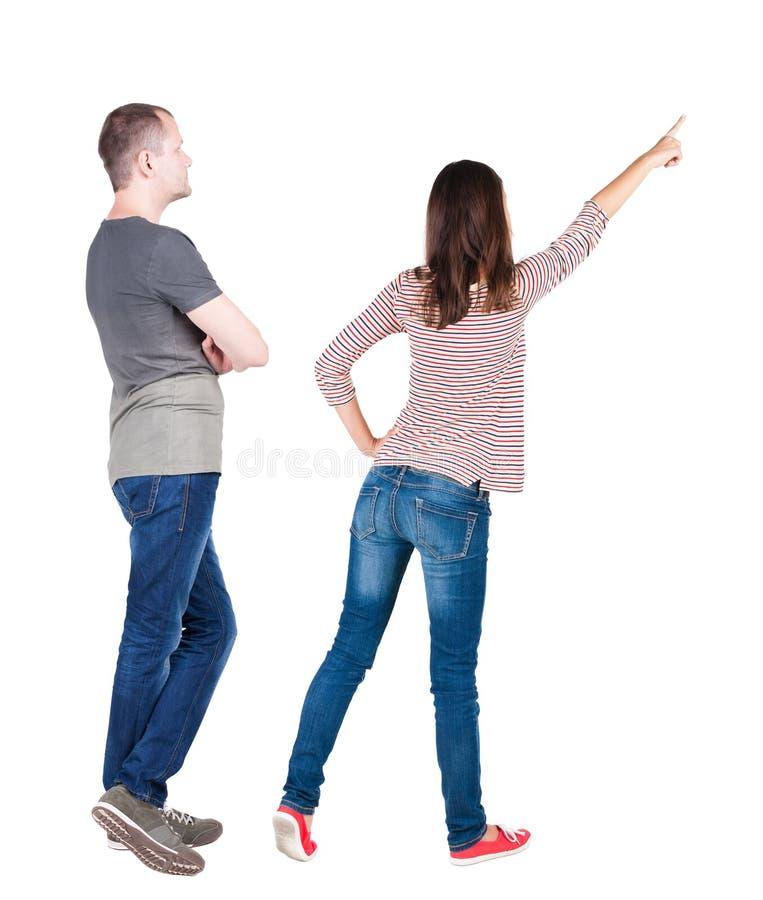 年轻夫妇后面看法拥抱并且调查距离 图库摄影