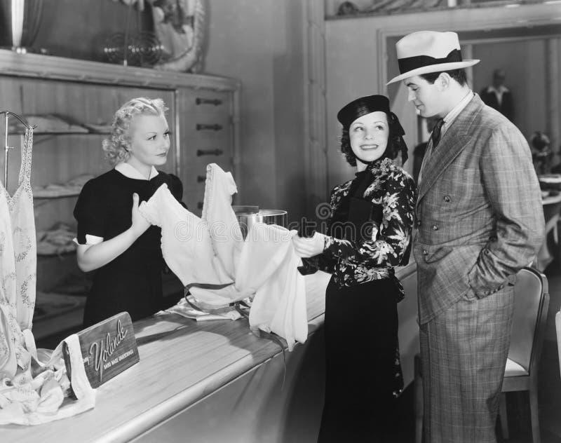 夫妇和干事在商店 免版税库存图片