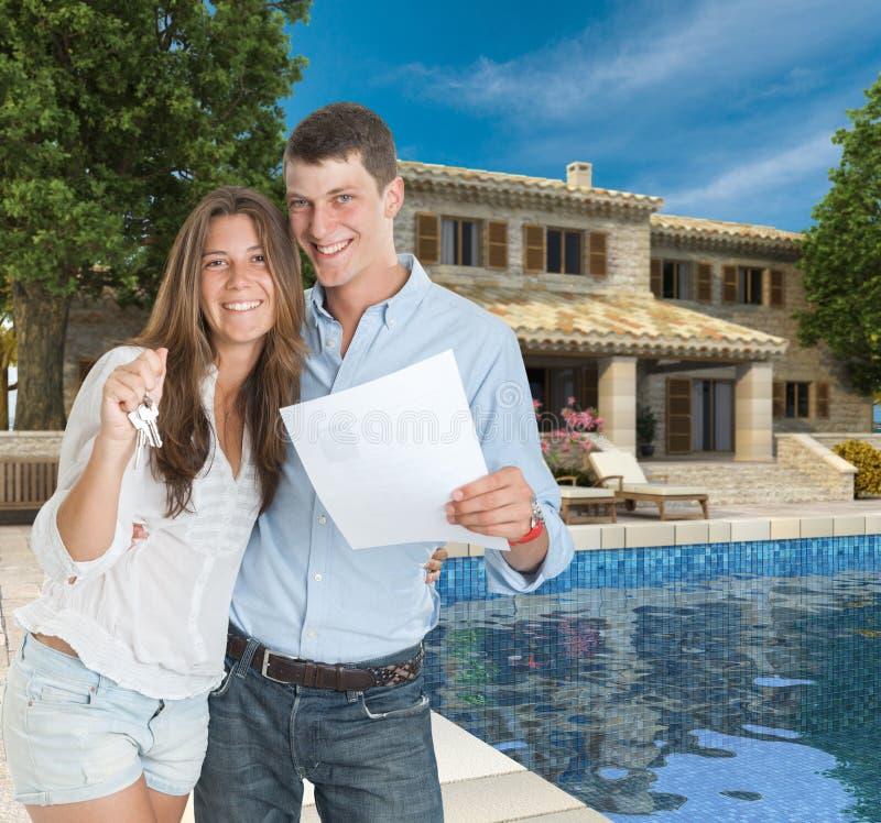 年轻夫妇和梦之家 免版税库存照片