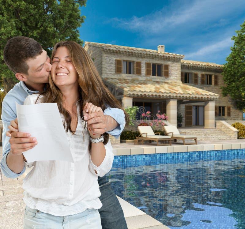 年轻夫妇和梦之家 库存图片