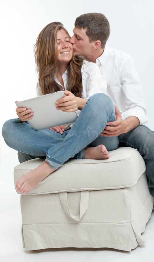 年轻夫妇和片剂 免版税库存照片