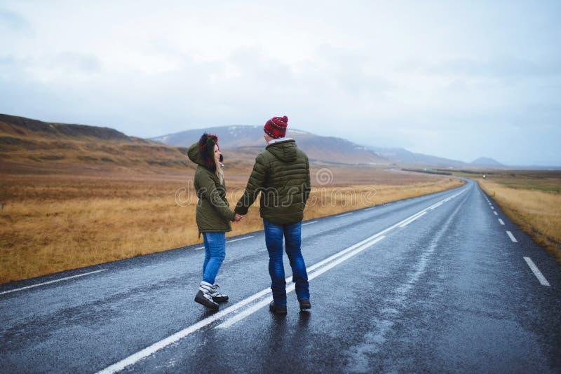 夫妇和空的路 免版税库存图片