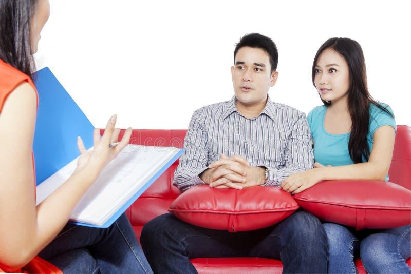 年轻夫妇和精神病医生 图库摄影