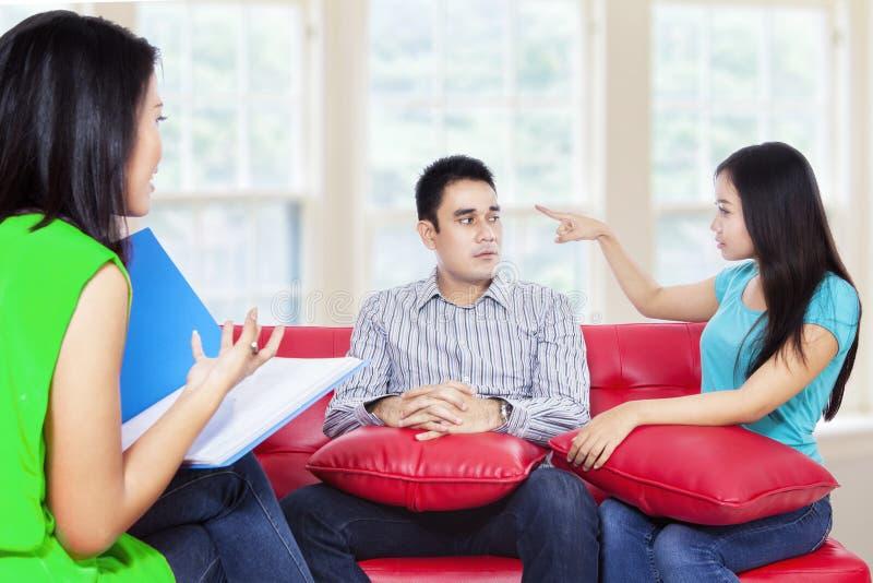 年轻夫妇咨询谈话与心理学家 免版税库存图片