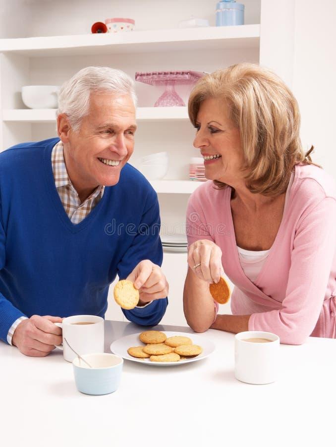夫妇喝享用热厨房前辈 库存照片