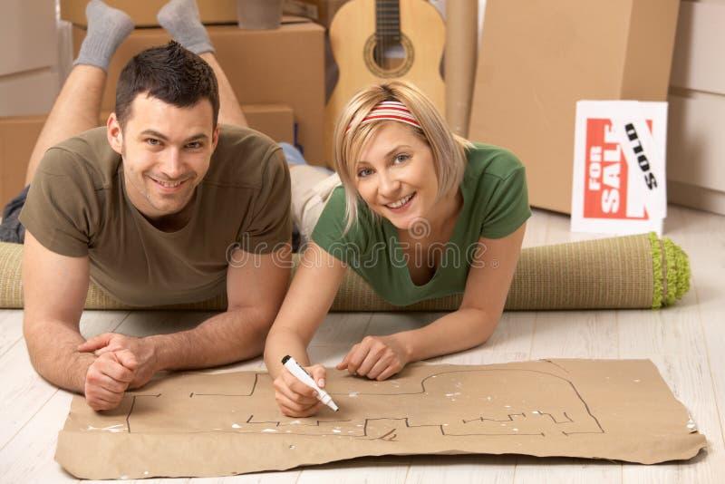 夫妇回家他们新的计划的纵向 免版税图库摄影