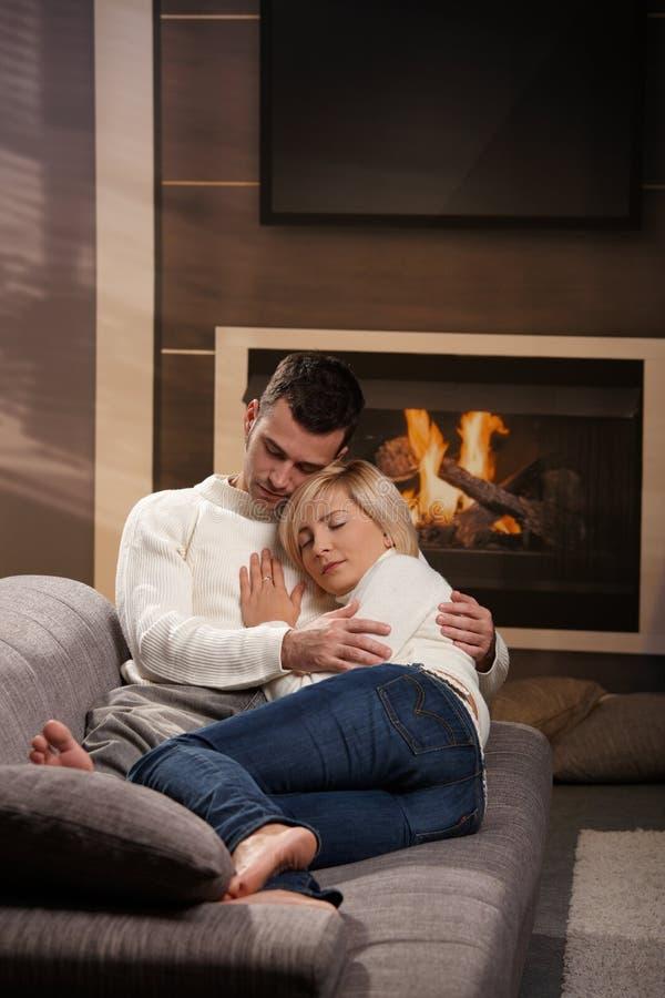 夫妇回家拥抱 图库摄影
