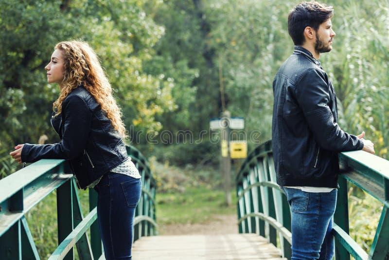年轻夫妇在一种冲突在公园 免版税图库摄影