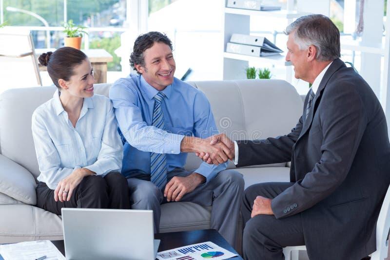 夫妇在与一位财政顾问的会谈 免版税库存照片