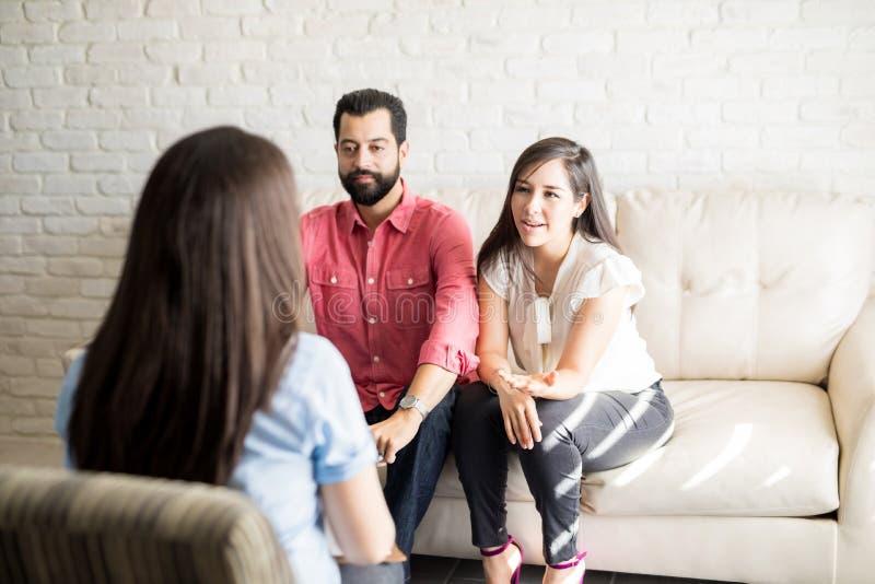 夫妇在与婚姻顾问的会谈期间 免版税库存照片