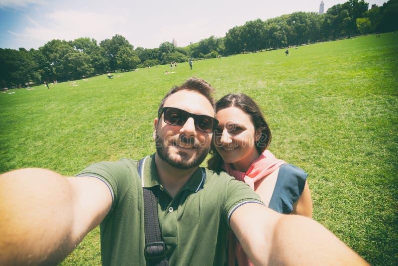 夫妇在中央公园做一selfie在纽约 免版税库存图片