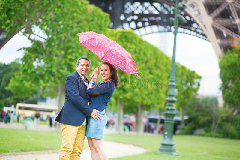 夫妇在伞下在巴黎 免版税库存图片