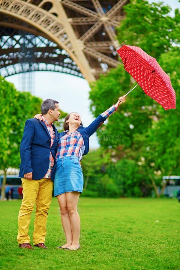 夫妇在伞下在巴黎 免版税库存照片