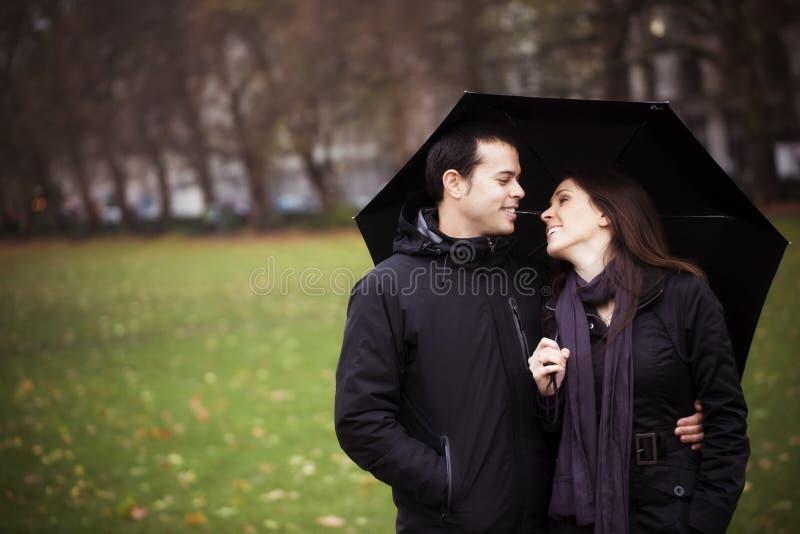 夫妇在伞下 库存图片