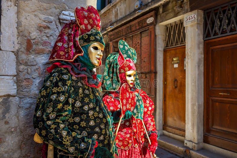 夫妇在传统狂欢节服装穿戴了在威尼斯 免版税库存照片