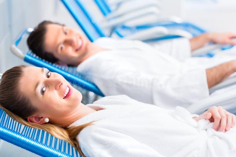 夫妇在健康温泉里放松屋子  免版税库存图片