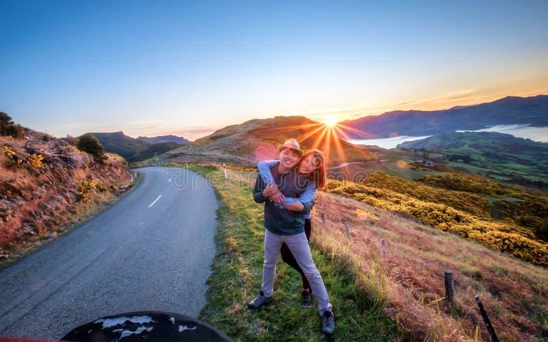 夫妇在克赖斯特切奇附近享受美好的Akaroa风景在新西兰 库存照片
