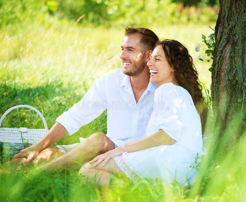 年轻夫妇在公园。野餐 免版税图库摄影