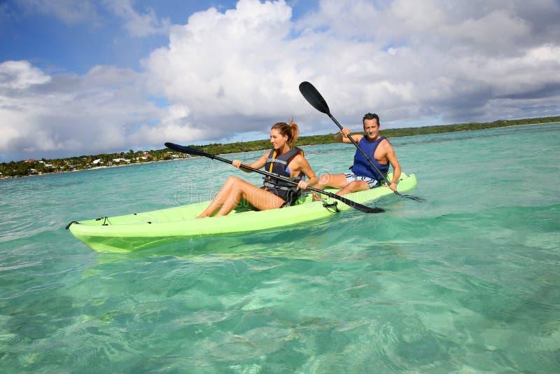 夫妇在划皮船的海 免版税库存照片