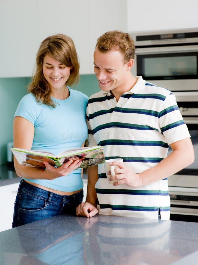 夫妇在厨房里 库存照片