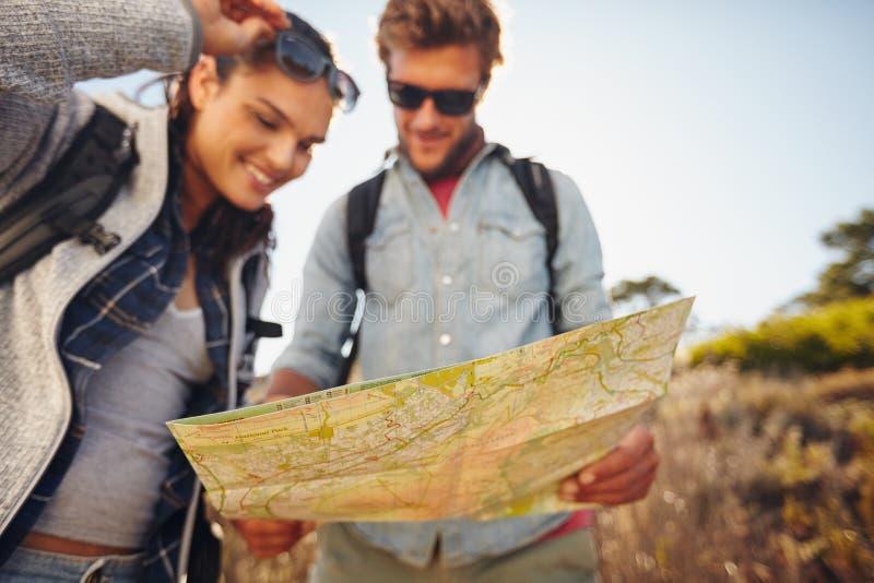夫妇在国家步行的读书地图 库存照片