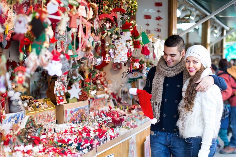 夫妇在圣诞节市场上 免版税库存照片