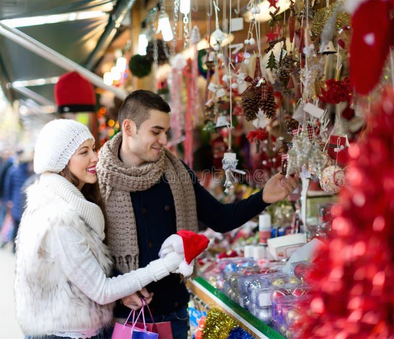 夫妇在圣诞节市场上 库存照片