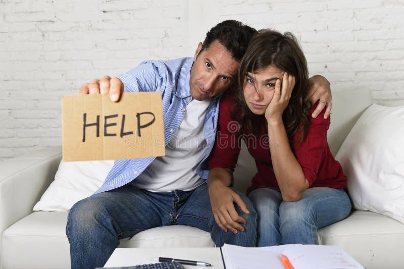 年轻夫妇在坏财政情况重音在家担心请求帮忙 库存照片