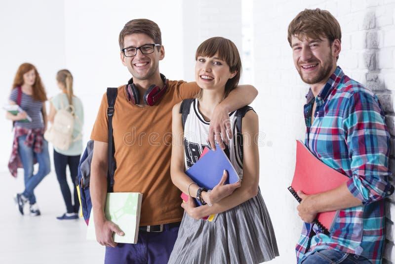 年轻夫妇在学校 免版税库存照片