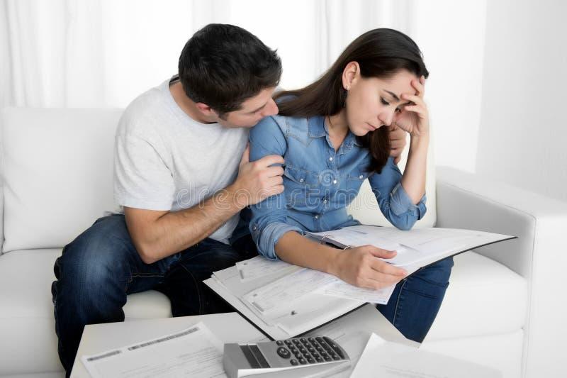 年轻夫妇在安慰财政问题的重音丈夫担心在家妻子 库存照片