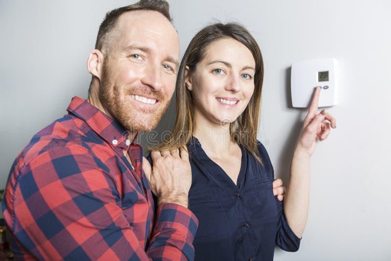 夫妇在家设置了温箱 库存照片