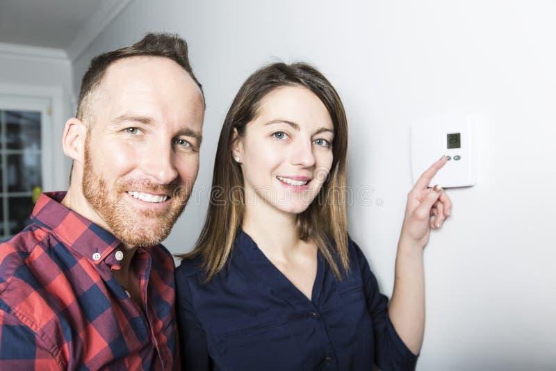 夫妇在家设置了温箱 免版税库存照片