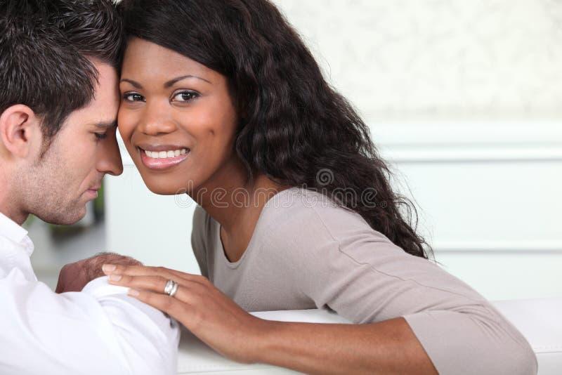 年轻夫妇在家 免版税库存照片