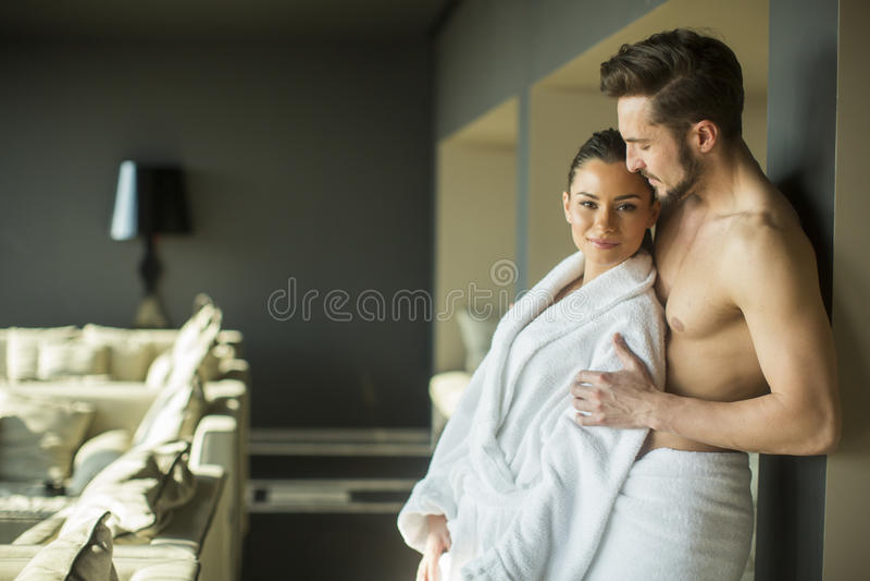年轻夫妇在屋子里 免版税库存图片