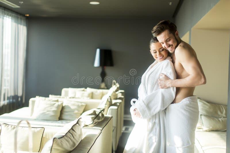 年轻夫妇在屋子里 库存照片