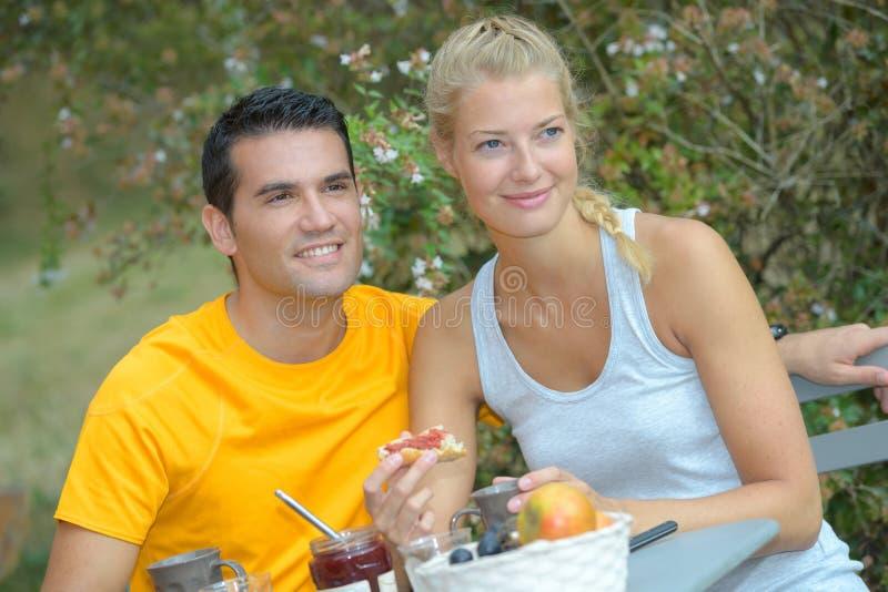 夫妇在度假食用的室外早餐 免版税图库摄影