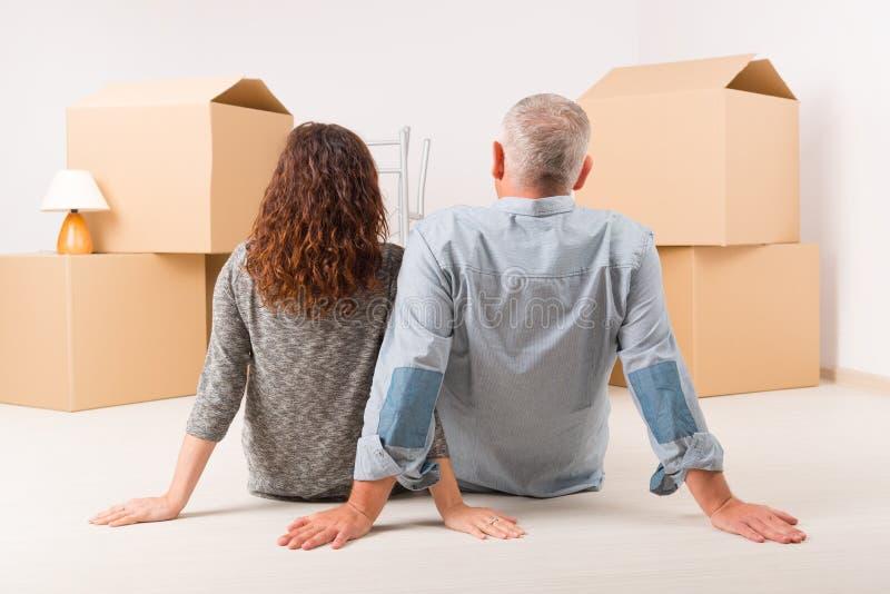 夫妇在新的家 免版税库存照片