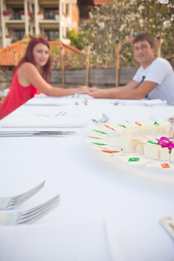 年轻夫妇在旅馆附近的一家餐馆 免版税库存图片