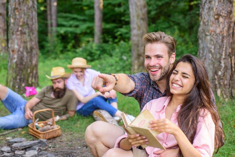 夫妇在晴天花费时间户外 在野餐的获得青年时期或的远足放松和乐趣 宜人的周末 夫妇 库存图片