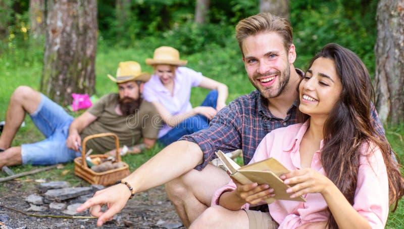 夫妇在晴天花费时间户外 宜人的周末 在野餐的获得青年时期或的远足放松和乐趣 夫妇 免版税库存图片