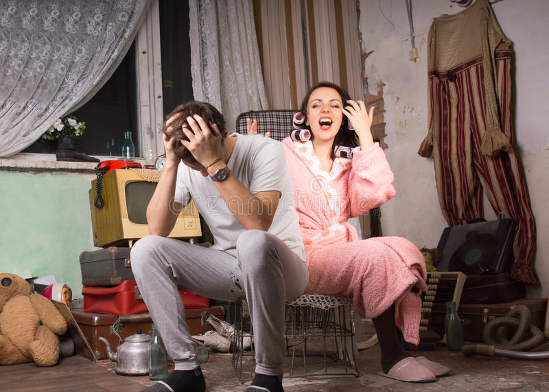 夫妇在有一间污秽的屋子论据 免版税库存照片
