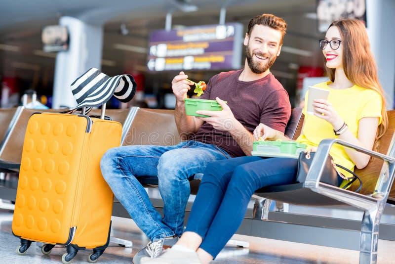 夫妇在机场 库存照片