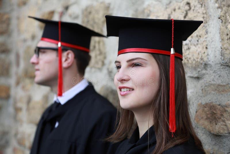 年轻夫妇在毕业典礼举行日 库存图片