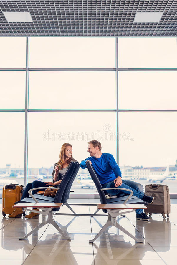 年轻夫妇在等待的大厅里 免版税库存照片