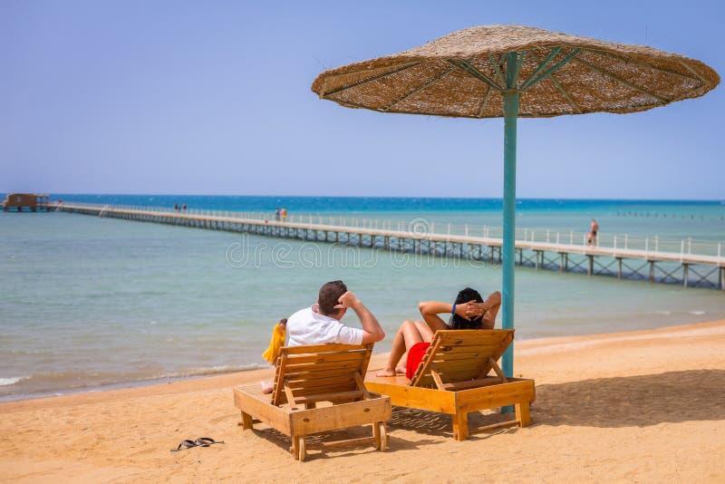 夫妇在红海的浪漫假日 免版税库存图片