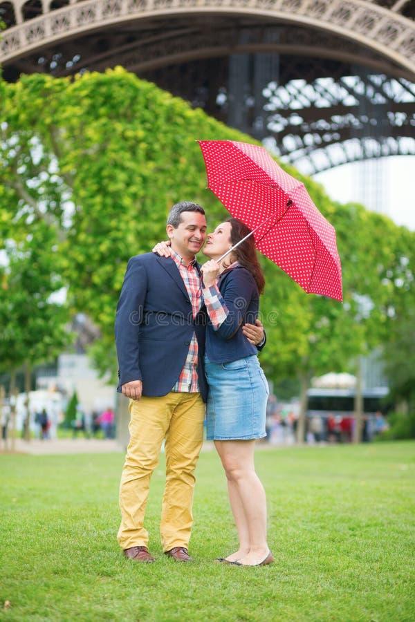 夫妇在红色伞下 免版税库存图片