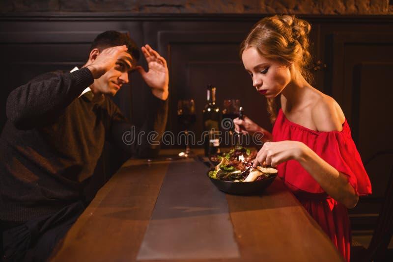 夫妇在餐馆,坏晚上争吵  免版税图库摄影