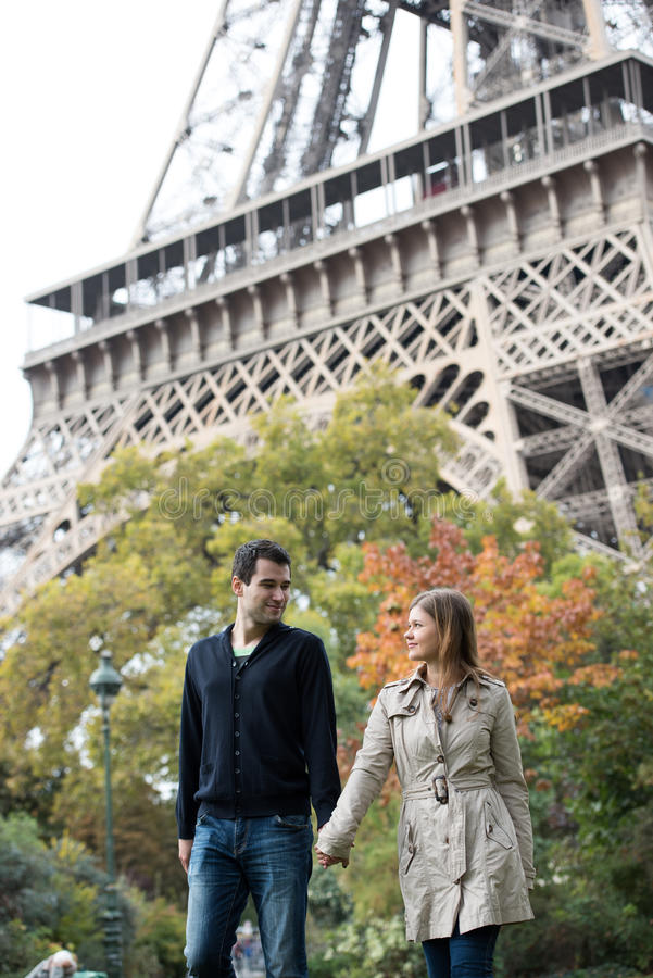 年轻夫妇在巴黎 免版税库存照片