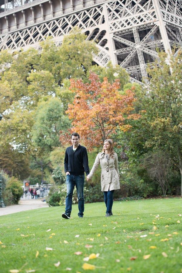 年轻夫妇在巴黎 免版税库存图片