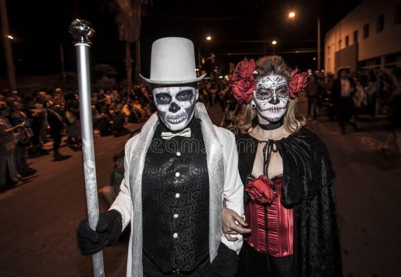 夫妇在Dia De Los Muertos Procession 库存照片